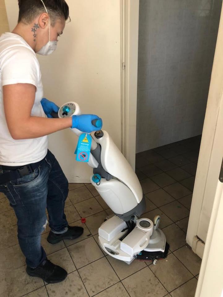 pulizia pavimenti con macchinari