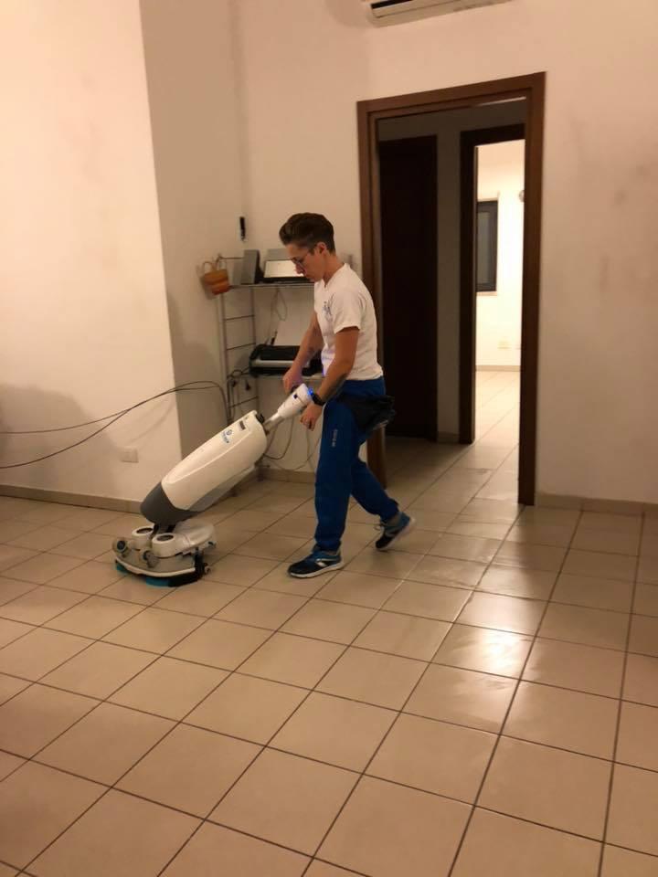 lucidatura pavimenti con macchinari