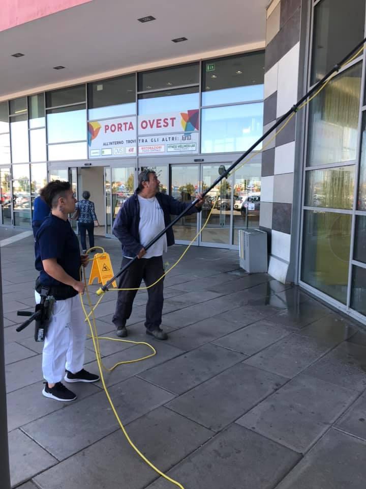 pulizia grande vetrate centri commerciali
