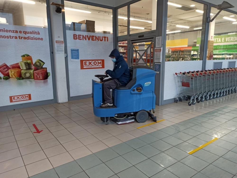 lavaggio pavimenti supermercato con lavaeasciuga livorno