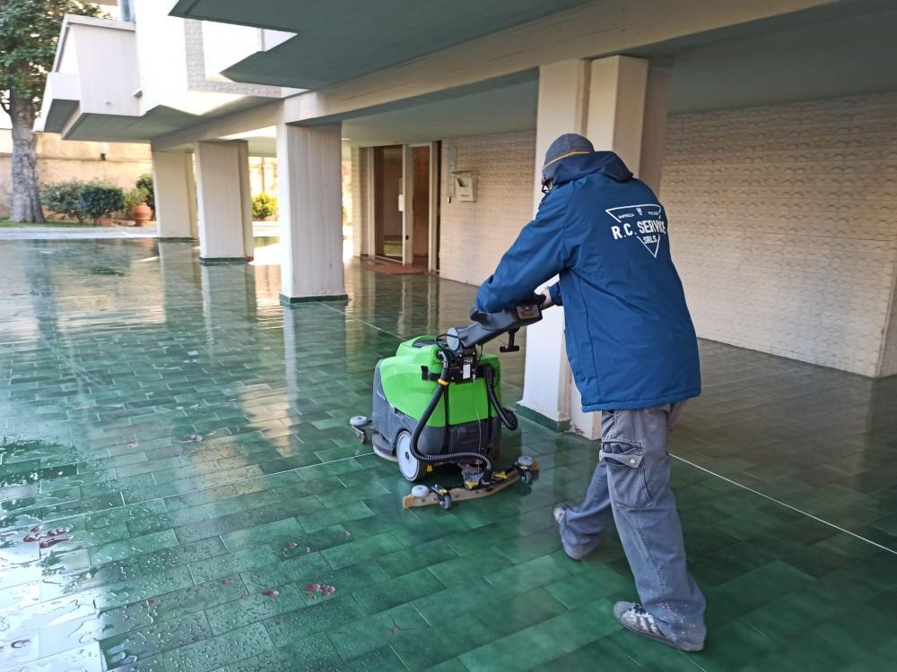 lavaggio pavimenti con macchinari