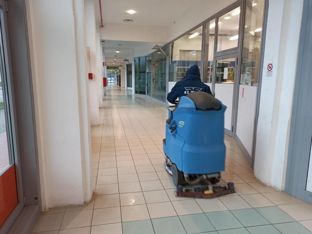 pulizia pavimenti centro commerciale livorno