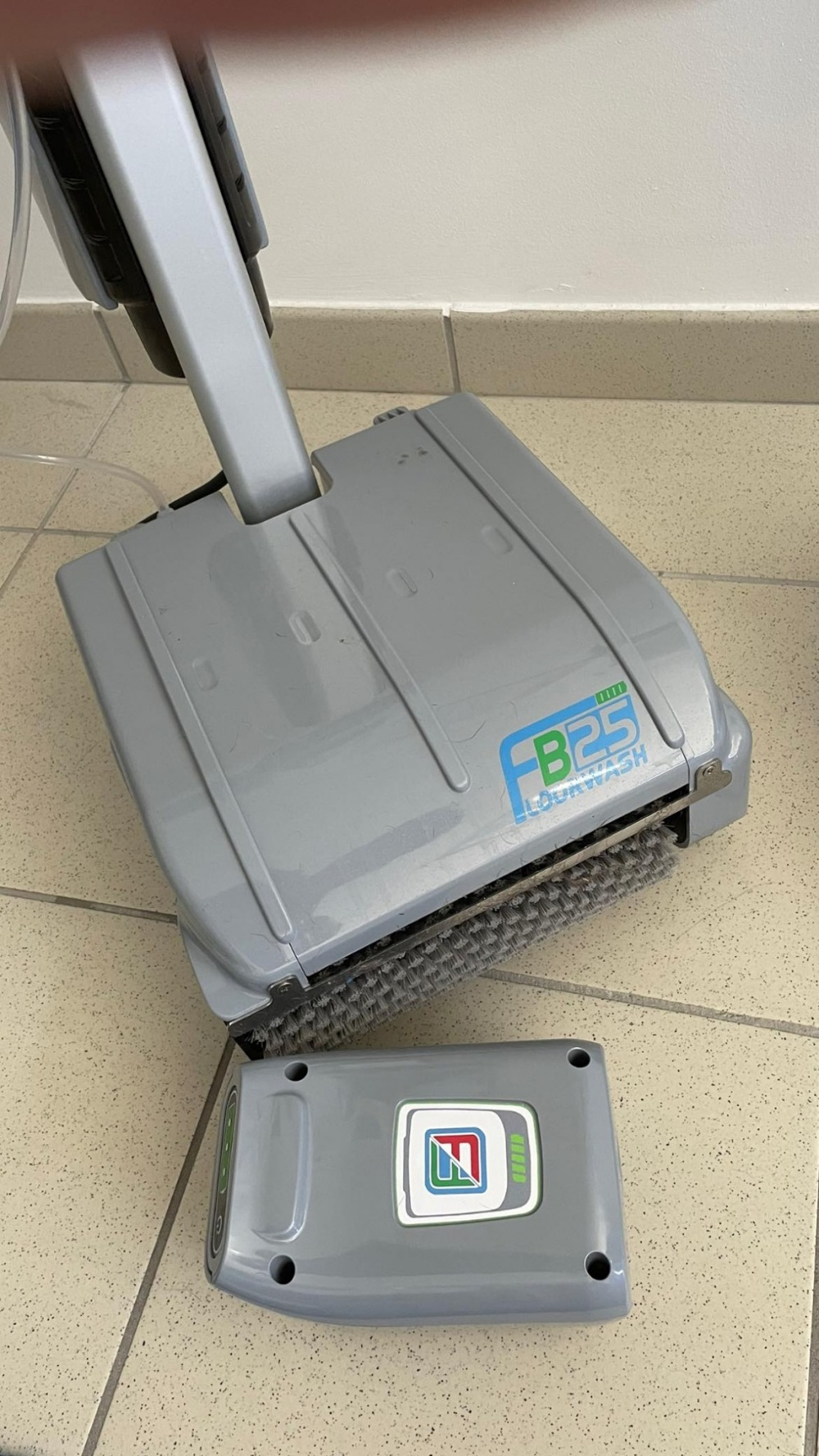 macchinario per la pulizia dei pavimenti e per le vie di fuga
