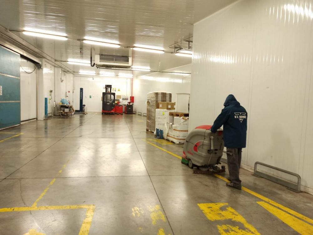 pulizia capannoni con lavaasciuga livorno