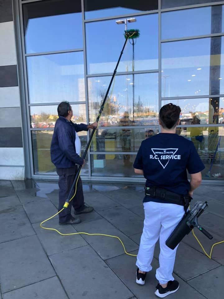 puliza vetrate centri commerciali livorno